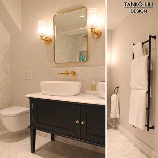 Diseño de cuarto de baño principal, bohemio, de tamaño medio, con armarios tipo mueble, puertas de armario negras, ducha abierta, baldosas y/o azulejos blancos, baldosas y/o azulejos de mármol, paredes blancas, suelo de mármol, encimera de mármol, suelo blanco y ducha abierta