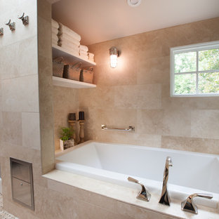 ワシントンD.C.の小さいトランジショナルスタイルのおしゃれなマスターバスルーム (アンダーカウンター洗面器、家具調キャビネット、濃色木目調キャビネット、珪岩の洗面台、アルコーブ型浴槽、段差なし、ベージュのタイル、ガラスタイル、茶色い壁、モザイクタイル) の写真