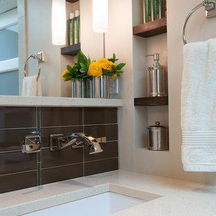 Foto på ett litet vintage en-suite badrum, med möbel-liknande, skåp i mörkt trä, bänkskiva i kvartsit, ett badkar i en alkov, en kantlös dusch, beige kakel, glaskakel, bruna väggar och mosaikgolv