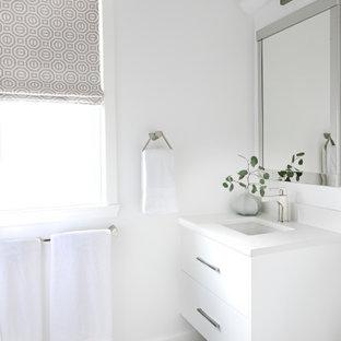Bild på ett litet funkis vit vitt badrum med dusch, med skåp i shakerstil, grå skåp och bänkskiva i kvarts