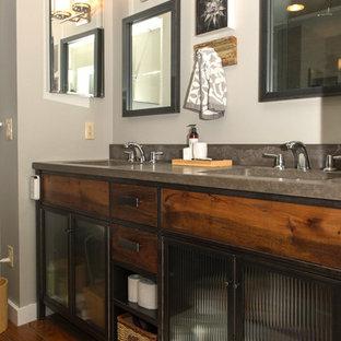 Modelo de cuarto de baño bohemio con puertas de armario con efecto envejecido y encimera de cemento