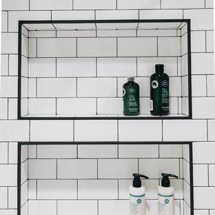 Modelo de cuarto de baño principal, nórdico, de tamaño medio, con combinación de ducha y bañera, baldosas y/o azulejos blancos, baldosas y/o azulejos de cemento, suelo de mármol, suelo blanco y ducha con cortina