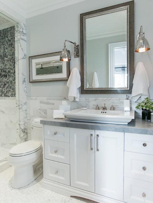 Salle de bain avec un plan de toilette en verre et un wc for Salle de bain avec wc separe