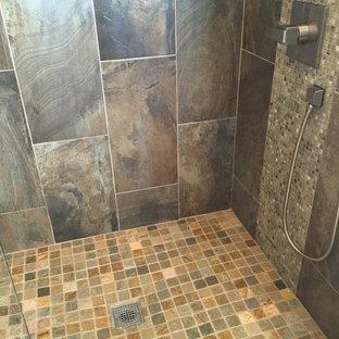 Ejemplo de cuarto de baño principal, rústico, pequeño, con baldosas y/o azulejos de piedra, suelo de pizarra y lavabo sobreencimera