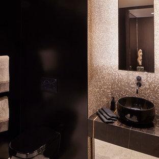 Ispirazione per una piccola stanza da bagno con doccia contemporanea con ante di vetro, doccia doppia, WC sospeso, piastrelle multicolore, piastrelle a mosaico, pareti multicolore, pavimento in pietra calcarea, lavabo a bacinella, top in marmo, pavimento beige, porta doccia a battente e top nero