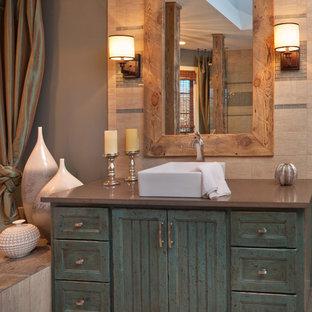 Diseño de cuarto de baño principal, rústico, de tamaño medio, con lavabo sobreencimera, puertas de armario azules, baldosas y/o azulejos beige, suelo beige, suelo de baldosas de porcelana, armarios estilo shaker, bañera encastrada, ducha empotrada, paredes beige y ducha con puerta con bisagras