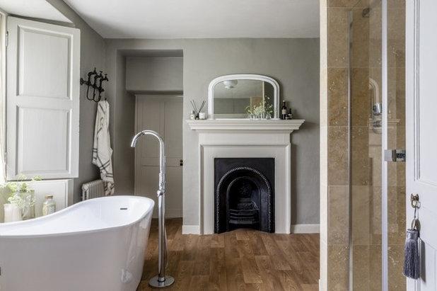 Классический Ванная комната by Unique Home Stays