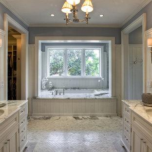 Immagine di una stanza da bagno tropicale con vasca sottopiano