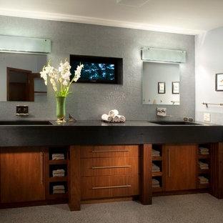 Immagine di una stanza da bagno padronale minimal con ante lisce, ante in legno scuro, pareti grigie, pavimento in linoleum, lavabo integrato e top in zinco