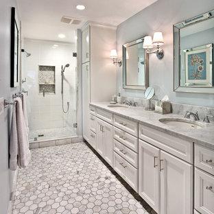 Idee per una stanza da bagno padronale tradizionale con ante con riquadro incassato, ante bianche, doccia doppia, piastrelle in ceramica, pareti blu, pavimento con piastrelle in ceramica, lavabo sottopiano, top in granito e piastrelle bianche