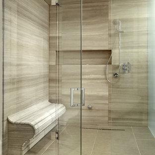 Idéer för att renovera ett stort funkis en-suite badrum, med en kantlös dusch, beige kakel, en toalettstol med hel cisternkåpa, porslinskakel, beige väggar och travertin golv
