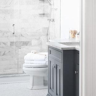 Foto di una piccola stanza da bagno con doccia chic con lavabo da incasso, consolle stile comò, ante grigie, top in marmo, piastrelle grigie, piastrelle diamantate, pareti grigie e pavimento in marmo