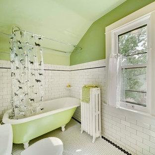 Foto di una piccola stanza da bagno classica con vasca con piedi a zampa di leone, vasca/doccia, pareti verdi, pavimento con piastrelle a mosaico, piastrelle bianche, piastrelle diamantate e pavimento bianco