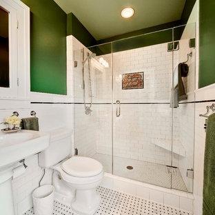 Стильный дизайн: маленькая ванная комната в классическом стиле с раковиной с пьедесталом, плиткой кабанчик, зелеными стенами, плоскими фасадами, белыми фасадами, душем в нише, белой плиткой, мраморным полом, душевой кабиной, раздельным унитазом и разноцветным полом - последний тренд