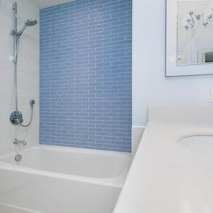 Foto de cuarto de baño infantil, tradicional renovado, de tamaño medio, con armarios con paneles empotrados, combinación de ducha y bañera, baldosas y/o azulejos azules, paredes blancas, lavabo bajoencimera y ducha con cortina