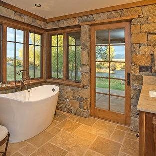 Ispirazione per una stanza da bagno padronale stile rurale di medie dimensioni con lavabo sottopiano, consolle stile comò, ante in legno bruno, top in granito, vasca freestanding, piastrelle multicolore, lastra di pietra e pavimento in travertino