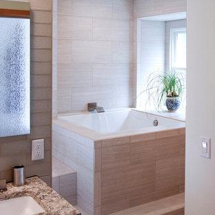 Idee per una stanza da bagno padronale moderna di medie dimensioni con ante nere, top in quarzo composito, piastrelle beige, piastrelle in ceramica, doccia aperta, lavabo sottopiano, pavimento con piastrelle in ceramica e vasca giapponese