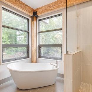 Imagen de cuarto de baño principal, rústico, grande, con bañera exenta, ducha abierta, baldosas y/o azulejos de vidrio laminado, suelo de baldosas de cerámica y ducha abierta