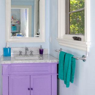 Idee per una piccola stanza da bagno per bambini con ante con riquadro incassato, ante viola, doccia ad angolo, pareti blu, pavimento con piastrelle a mosaico, lavabo sottopiano, top in marmo, pavimento bianco, porta doccia a battente e top grigio