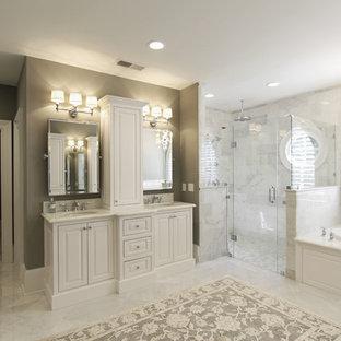 Immagine di un'ampia stanza da bagno padronale chic con lavabo sottopiano, ante bianche, top in marmo, vasca da incasso, doccia a filo pavimento, WC a due pezzi, piastrelle bianche, piastrelle in pietra, pareti grigie e pavimento in marmo