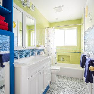 Свежая идея для дизайна: детская ванная комната среднего размера в морском стиле с белыми фасадами, душем над ванной, мраморным полом, столешницей из кварцита, фасадами в стиле шейкер, ванной в нише, синей плиткой, зеленой плиткой, разноцветными стенами, врезной раковиной и шторкой для душа - отличное фото интерьера