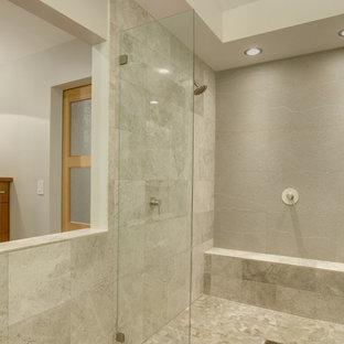 Inspiration för ett stort funkis en-suite badrum, med ett fristående handfat, släta luckor, skåp i mellenmörkt trä, kaklad bänkskiva, en dubbeldusch, grå kakel, stenkakel och klinkergolv i småsten