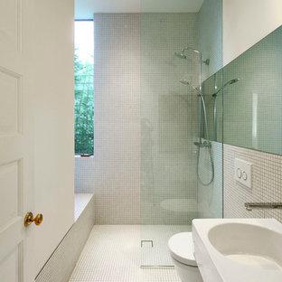 Esempio di una stanza da bagno con doccia minimal di medie dimensioni con lavabo sospeso, doccia aperta, pavimento con piastrelle a mosaico, piastrelle bianche, piastrelle a mosaico, doccia aperta, WC sospeso, pareti bianche e pavimento bianco