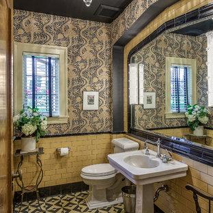 Diseño de cuarto de baño tradicional, pequeño, con baldosas y/o azulejos beige, baldosas y/o azulejos negros, baldosas y/o azulejos de cemento, sanitario de dos piezas, paredes multicolor, suelo de cemento y lavabo con pedestal