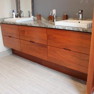 Imagen de cuarto de baño principal, contemporáneo, de tamaño medio, con puertas de armario rojas, sanitario de una pieza, paredes azules, suelo de baldosas de porcelana, lavabo encastrado, encimera de granito, suelo gris y encimeras grises