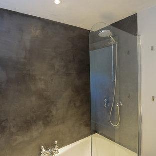 Ispirazione per una stanza da bagno per bambini chic di medie dimensioni con vasca da incasso, vasca/doccia, piastrelle grigie, piastrelle di cemento, pareti grigie, pavimento in legno verniciato e top in cemento