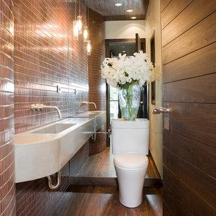 Пример оригинального дизайна: ванная комната в современном стиле с подвесной раковиной и коричневой плиткой