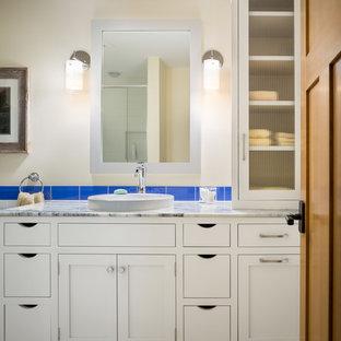 Ejemplo de cuarto de baño infantil, de estilo americano, con puertas de armario blancas, baldosas y/o azulejos azules, baldosas y/o azulejos de vidrio, suelo de baldosas de cerámica, armarios estilo shaker, lavabo encastrado, paredes beige, encimera de cuarcita y suelo amarillo