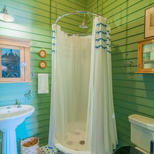 Стильный дизайн: ванная комната в стиле фьюжн с угловым душем, раздельным унитазом, зелеными стенами, раковиной с пьедесталом, разноцветным полом и шторкой для душа - последний тренд