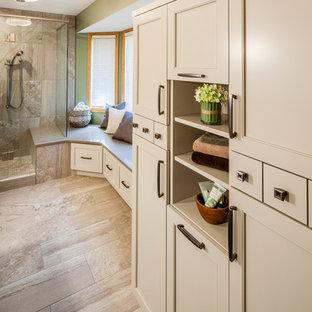 ミネアポリスの中くらいのトランジショナルスタイルのおしゃれなマスターバスルーム (落し込みパネル扉のキャビネット、白いキャビネット、アルコーブ型シャワー、分離型トイレ、磁器タイル、緑の壁、磁器タイルの床、アンダーカウンター洗面器、珪岩の洗面台、ベージュの床、開き戸のシャワー) の写真