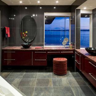 Esempio di una grande stanza da bagno contemporanea con lavabo rettangolare, ante lisce, ante rosse, top piastrellato, vasca da incasso, piastrelle multicolore, piastrelle a mosaico, pareti grigie e pavimento con piastrelle in ceramica