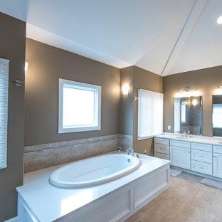Diseño de cuarto de baño principal, clásico, grande, con armarios estilo shaker, puertas de armario blancas, bañera encastrada, baldosas y/o azulejos de cerámica, paredes marrones, suelo de baldosas de cerámica, lavabo bajoencimera, encimera de acrílico y ducha esquinera