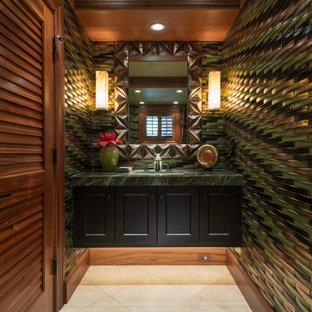 Esempio di una stanza da bagno tropicale con ante con riquadro incassato, ante nere, lavabo sottopiano, pavimento beige, top verde, un lavabo, mobile bagno sospeso e soffitto in legno