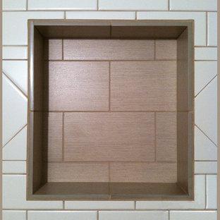 Klassisk inredning av ett litet flerfärgad flerfärgat badrum med dusch, med skåp i shakerstil, skåp i mörkt trä, en kantlös dusch, en toalettstol med separat cisternkåpa, vit kakel, porslinskakel, gula väggar, klinkergolv i porslin, ett undermonterad handfat, granitbänkskiva, flerfärgat golv och dusch med skjutdörr