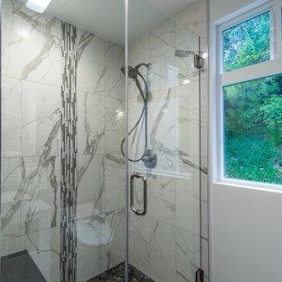 Ispirazione per una piccola sauna design con WC monopezzo, piastrelle multicolore, pistrelle in bianco e nero, piastrelle a mosaico, lavabo a bacinella, ante di vetro, ante bianche, pareti bianche e pavimento con piastrelle a mosaico