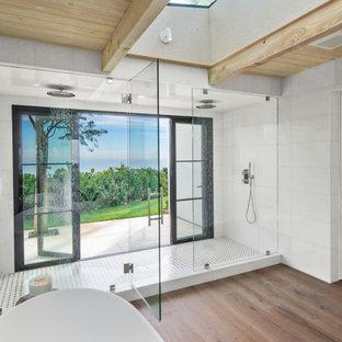Foto de cuarto de baño principal y madera, tropical, con bañera exenta, ducha doble, baldosas y/o azulejos blancos, suelo de madera en tonos medios, suelo marrón y ducha con puerta con bisagras