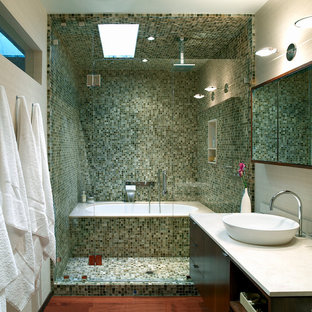 Imagen de cuarto de baño contemporáneo con baldosas y/o azulejos en mosaico, lavabo sobreencimera y encimeras blancas