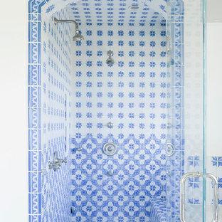 Modelo de cuarto de baño mediterráneo con ducha empotrada, paredes blancas y baldosas y/o azulejos azules