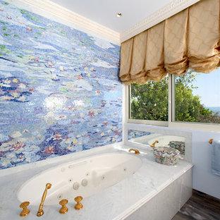 Diseño de cuarto de baño principal, tradicional, grande, con baldosas y/o azulejos en mosaico, baldosas y/o azulejos multicolor, bañera esquinera, paredes azules y encimera de mármol