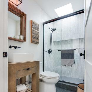 Exempel på ett maritimt badrum med dusch, med släta luckor, skåp i ljust trä, ett hörnbadkar, vit kakel, glasskiva, blå väggar, ett nedsänkt handfat, en toalettstol med hel cisternkåpa och dusch med skjutdörr
