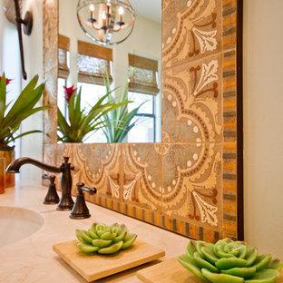 Foto di una grande stanza da bagno padronale american style con lavabo sottopiano, ante con riquadro incassato, ante con finitura invecchiata, top in pietra calcarea, vasca freestanding, doccia alcova, piastrelle in ceramica, pareti verdi e pavimento in gres porcellanato