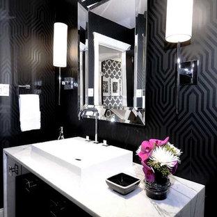 Modernes Badezimmer mit Aufsatzwaschbecken und schwarzer Wandfarbe in Sonstige