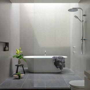 Exemple d'une salle de bain moderne avec une baignoire indépendante, une douche ouverte et aucune cabine.