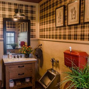 Ispirazione per una stanza da bagno country di medie dimensioni con ante in legno scuro, orinatoio, parquet scuro e consolle stile comò
