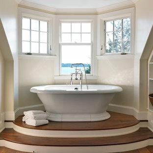 Idee per una stanza da bagno vittoriana con vasca freestanding, pareti beige e parquet scuro