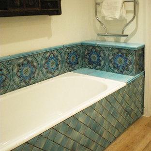 Foto de cuarto de baño minimalista con baldosas y/o azulejos de cerámica, encimera de azulejos y encimeras turquesas